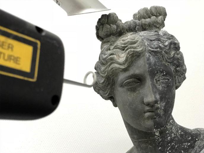 Conserverende reiniging met laser van sculptuur Clio in gietzink