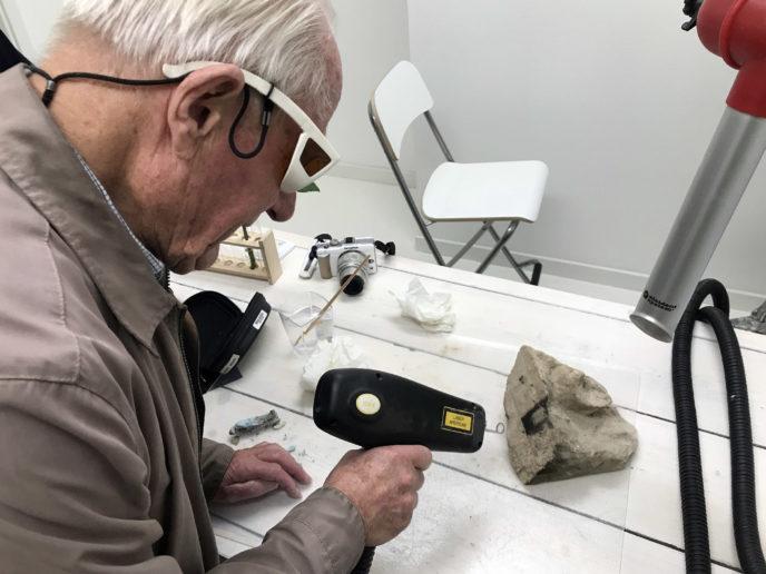 Laser reiniging trails in het restauratie atelier op zandsteen