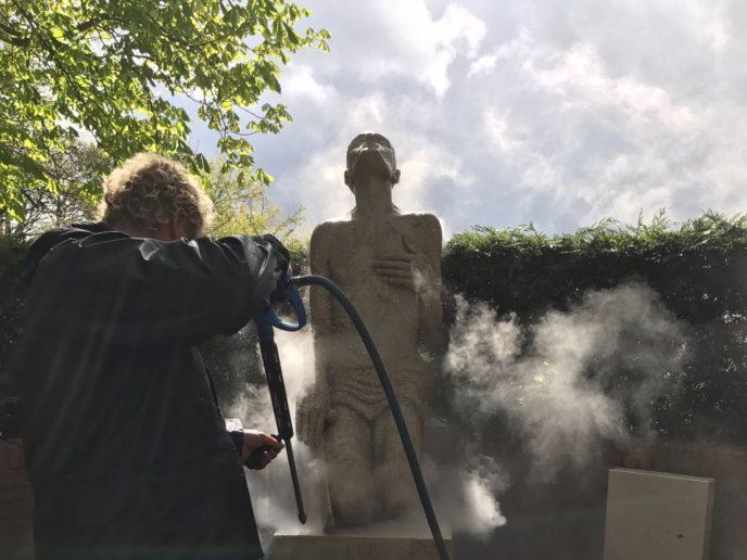 Reinigen monument met verzadigde stoom